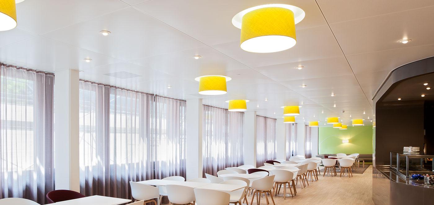 Podvěšené - Chladící a topné podhledy, osvědčené topné a chladící technologie, akusticky účinné topné a chladící stropy.
