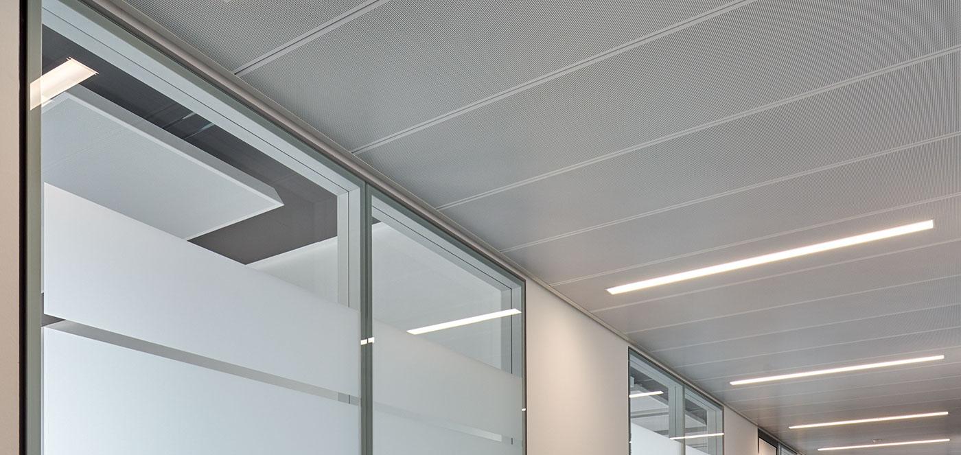 Chodbové - Chladící a topné podhledy, osvědčené topné a chladící technologie, akusticky účinné topné a chladící stropy.