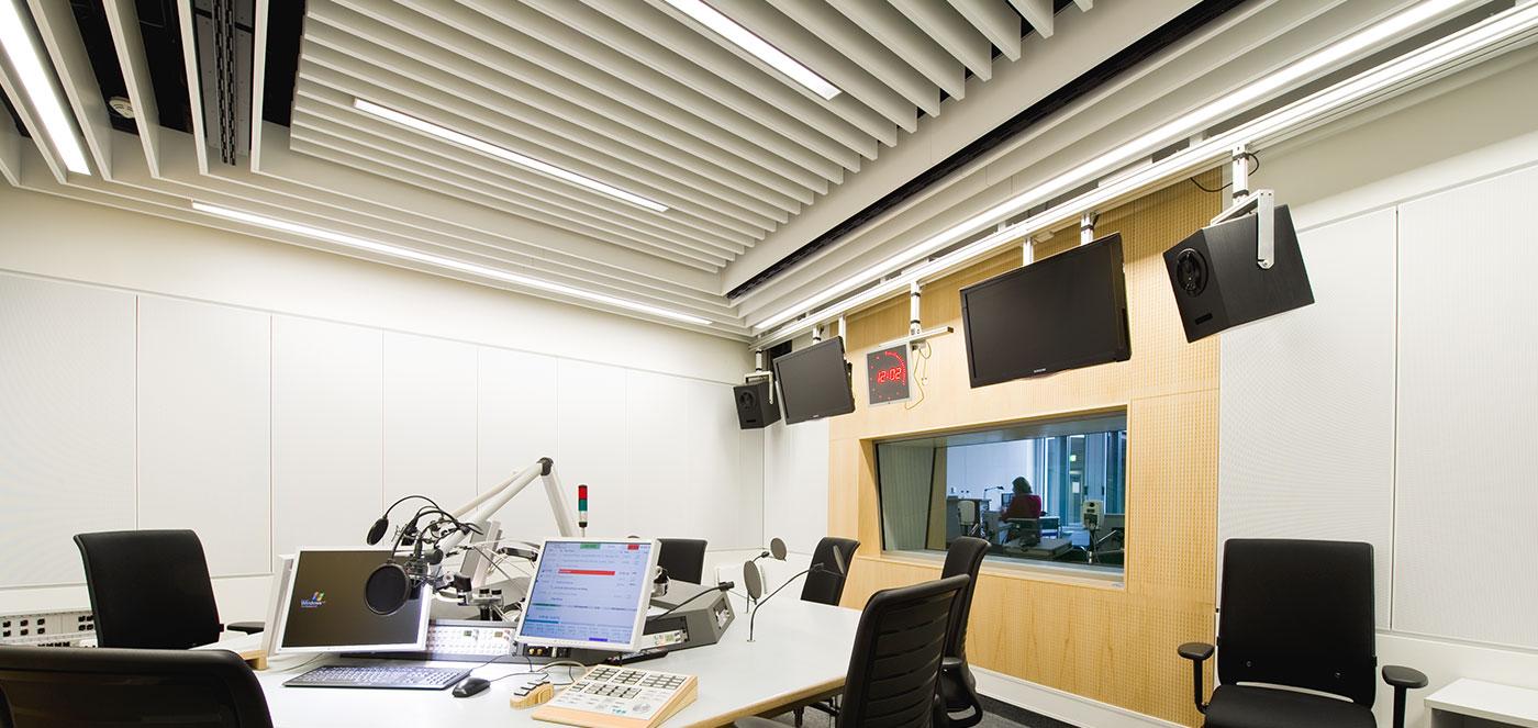 Lamelové - Chladící a topné podhledy, osvědčené topné a chladící technologie, akusticky účinné topné a chladící stropy.
